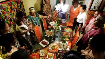 Familia afroamericana celebrando Kwanzaa. / Fotografía tomada de bet.com.-