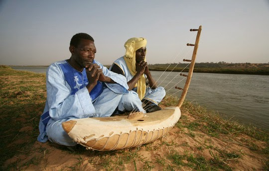 Oumarou Adamou (izquierda) yMamane Barka (derecha)  junto al biram / Foto extraída dehttp://www.worldmusic.net/