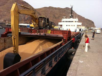 Un carguero con arena procedente de El Aaiún en el puerto  de Santa Cruz de Tenerife (2011) / Foto: Puente Humano.-