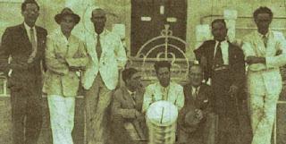 Baltazar Lopes, en el extremo de la derecha, y Jorge Barbosa, sentado al medio /  Vía amnhoroque.blogspot.com.es/