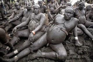 Hombres de la etnia Bodi durante la ceremonia Kel / Vía http://piensoluegobloggeo1b.blogspot.com.es
