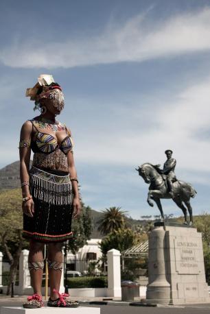 'Herencia sin nombre', Sethembile Msezane (2013).